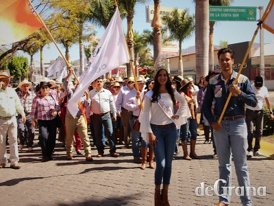 Ambientazo en el desfile de los universitarios